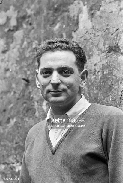 Rendezvous With Georges Perec EEn France à Paris dans le quartier latin le 23 novembre 1965 portrait de Georges PEREC écrivain chez lui à l'extérieur