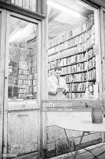 Rendezvous With Georges Perec En France à Paris dans le quartier latin le 23 novembre 1965 Georges PEREC écrivain lisant un livre à l'intérieur d'une...