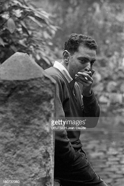 Rendezvous With Georges Perec En France à Paris dans le quartier latin le 23 novembre 1965 Georges PEREC écrivain chez lui à l'extérieur fumant une...