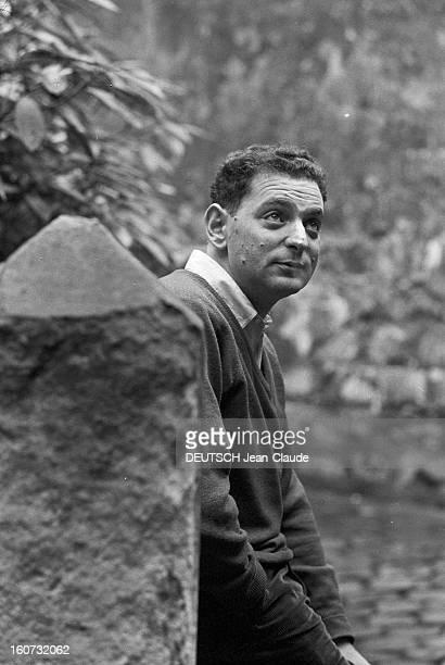 Rendezvous With Georges Perec En France à Paris dans le quartier latin le 23 novembre 1965 Georges PEREC écrivain chez lui à l'extérieur