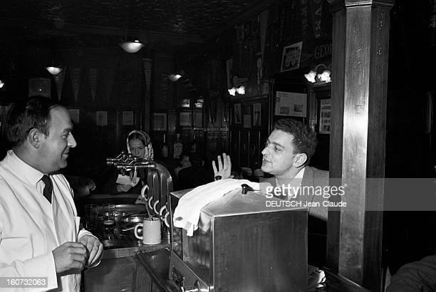 Rendezvous With Georges Perec En France à Paris dans le quartier latin le 23 novembre 1965 Georges PEREC écrivain discutant avec un cafetier au...