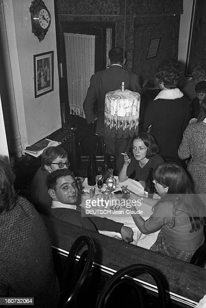 Rendezvous With Georges Perec En France à Paris dans le quartier latin le 23 novembre 1965 Georges PEREC écrivain en compagnie de personnes non...