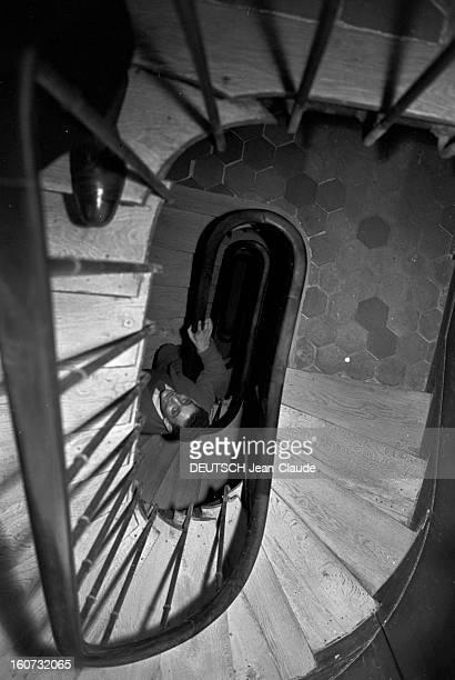 Rendezvous With Georges Perec En France à Paris dans le quartier latin le 23 novembre 1965 Georges PEREC écrivain montant les escaliers chez lui