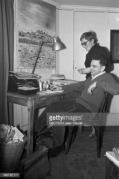 Rendezvous With Georges Perec En France à Paris dans le quartier latin le 23 novembre 1965 Georges PEREC écrivain et son épouse Paulette chez eux