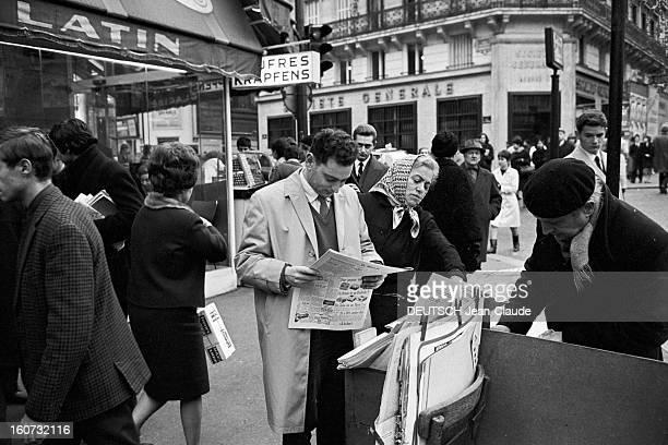 Rendezvous With Georges Perec En France à Paris dans le quartier latin le 23 novembre 1965 Georges PEREC écrivain dans la rue lisant le journal