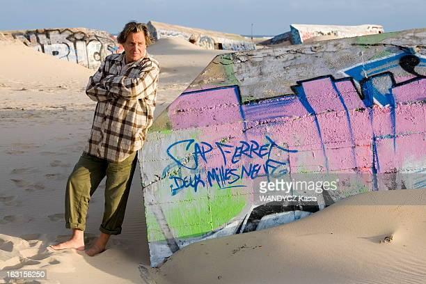Rendezvous With Gerard And Elisabeth Garouste On Holiday Attitude de Gérard GAROUSTE pieds nus sur le sable de la plage du CAPFERRET posant appuyé...