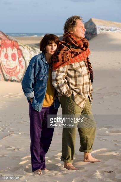 Rendezvous With Gerard And Elisabeth Garouste On Holiday Gérard GAROUSTE et son épouse Elisabeth se promenant pieds nus sur la plage du CAPFERRET...