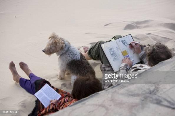 Rendezvous With Gerard And Elisabeth Garouste On Holiday Sur la plage du CAPFERRET Gérard GAROUSTE dessinant dans un cahier de croquis dont il ne se...