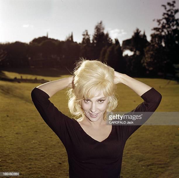 Rendezvous With Gina Lollobrigida Italie 1962 Portrait de Gina LOLLOBRIGIDA actrice italienne souriante vêtue d'un polo noir à encolure en V relevant...