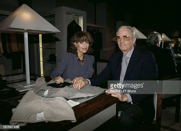 Rendezvous With Gregory Peck And His Wife Veronique Paris Septembre 1989 Gregory PECK acteur américain et son épouse Véronqiue PECK dans un magasin...