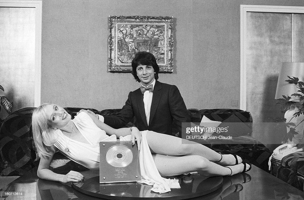 Rendezvous With Herve Vilard And Kim Harlow. En France, à Paris, en décembre 1979, Kim HARLOW, chanteuse, et Hervé VILARD, chanteur fêtent noël : elle est allongé sur une table, vêtue d'une robe claire, un disque d'or posé devant elle. Il se tient agenouillé derrière la table, une main posée sur l'épaule de la jeune femme.