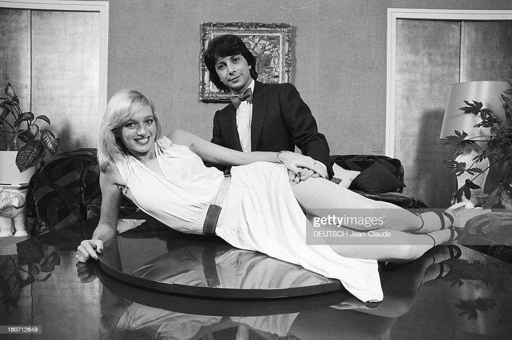 Rendezvous With Herve Vilard And Kim Harlow. En France, à Paris, en décembre 1979, Kim HARLOW, chanteuse, et Hervé VILARD, chanteur fêtent noël : elle est allongé sur une table, vêtue d'une robe claire, un disque d'or posé devant elle. Il se tient agenouillé derrière la table.