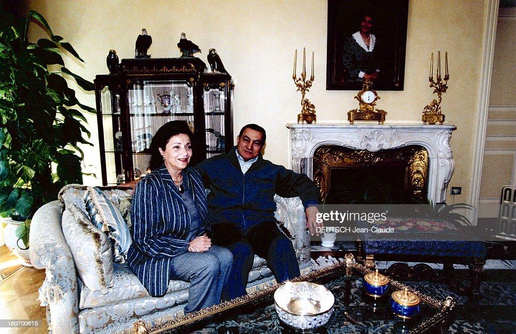 Rendezvous With <a gi-track='captionPersonalityLinkClicked' href=/galleries/search?phrase=Hosni+Mubarak&family=editorial&specificpeople=201752 ng-click='$event.stopPropagation()'>Hosni Mubarak</a> And His Wife Suzanne. Janvier 2000 --- Hosni et Suzanne MOUBARAK dans leur résidence du Caire : assis côte à côte dans un salon.