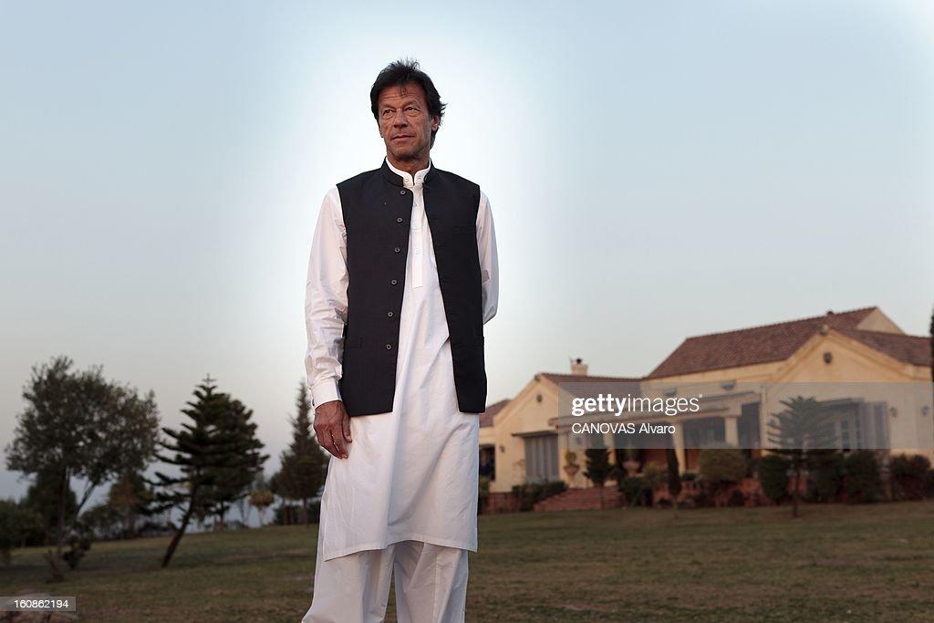 Rendezvous With <a gi-track='captionPersonalityLinkClicked' href=/galleries/search?phrase=Imran+Khan+-+Politician&family=editorial&specificpeople=13488792 ng-click='$event.stopPropagation()'>Imran Khan</a>. Engagé en politique depuis 1996, élu député en 2002, l'ancien champion du monde de cricket, Imran KHAN, brigue le poste de Premier ministre du Pakistan. Ici, attitude d'Imran KHAN, vêtu du traditionnel 'salwar kameez', posant devant sa vaste villa sur les hauteurs d'Islamabad. Mars 2012.