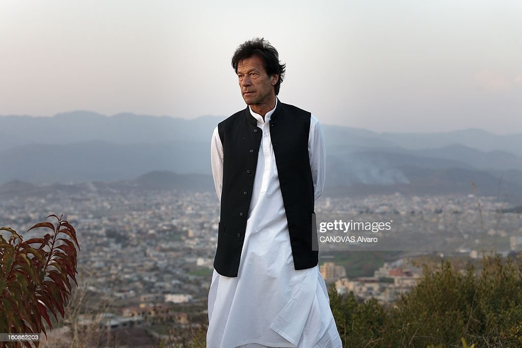 Rendezvous With <a gi-track='captionPersonalityLinkClicked' href=/galleries/search?phrase=Imran+Khan+-+Politician&family=editorial&specificpeople=13488792 ng-click='$event.stopPropagation()'>Imran Khan</a>. Engagé en politique depuis 1996, élu député en 2002, l'ancien champion du monde de cricket, Imran KHAN, brigue le poste de Premier ministre du Pakistan. Ici, attitude d'Imran KHAN, vêtu du traditionnel 'salwar kameez', posant dans le jardin de sa villa sur les hauteurs d'Islamabad. Mars 2012.