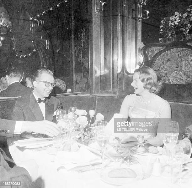 Rendezvous With Ingrid Bergman A Paris au restaurant chez Maxim's attablés en tenue de soirée en compagnie d'autres convives l'actrice Ingrid BERGMAN...
