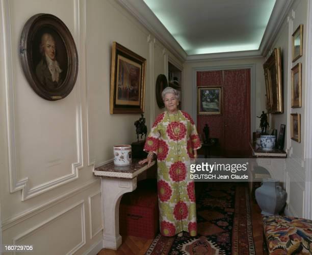 Rendezvous With Isabelle Countess Of Paris A Paris dans son appartement ISABELLE DE PARIS en robe d'intérieur appuyée à une console dans un couloir