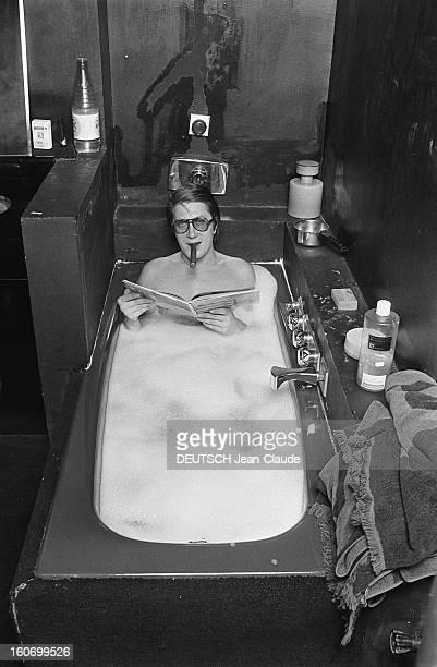 Rendezvous With Jacques Dutronc Rendezvous avec Jacques DUTRONC dans sa maison du XIVème arrondissement à Paris dans la salle de bains prenant un...