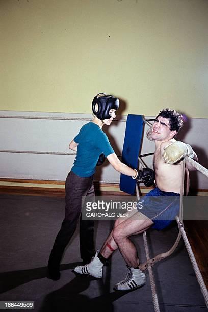 Rendezvous With Jacques Marty And His Wife En 1966 sur le ring d'une salle de boxe le boxeur Jacques MARTY en short adossé contre les cordes frappé...