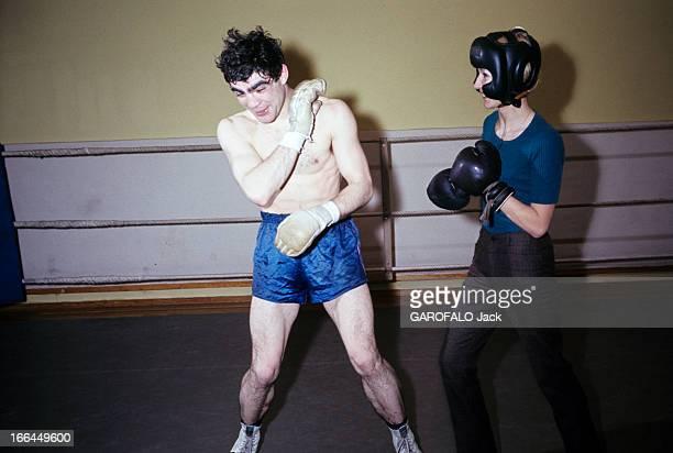 Rendezvous With Jacques Marty And His Wife En 1966 sur le ring d'une salle de boxe le boxeur Jacques MARTY en short se protégeant le visage aux côtés...