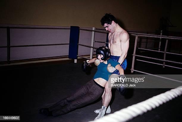 Rendezvous With Jacques Marty And His Wife En 1966 sur le ring d'une salle de boxe le boxeur Jacques MARTY en short soutenant par les aisselles sa...