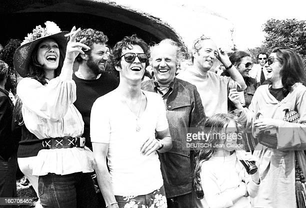 Rendezvous With Jean Castel Sur l'île corse de Cavallo Jean CASTEL au centre souriant parmi un groupe d'amis plaisantant et riant