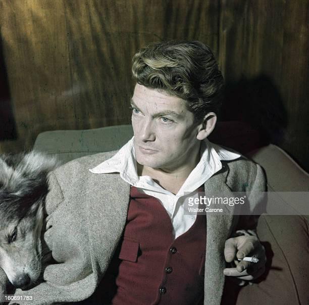 Rendezvous With Jean Marais En novembre 1949 portrait de l'acteur Jean MARAIS en veste grise et gilet rouge fumant une cigarette en compagnie d'un...