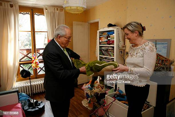 Rendezvous With JeanMarie Le Pen And His Daughter Marine Attitude souriante de JeanMarie LE PEN avec sa fille Marine tenant une peluche dans une...