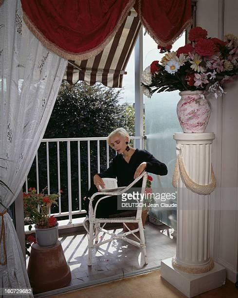 Rendezvous With Jeanne Mas A Neuillly Jeanne MAS lisant un livre assise dans un fauteuil sur son balcon