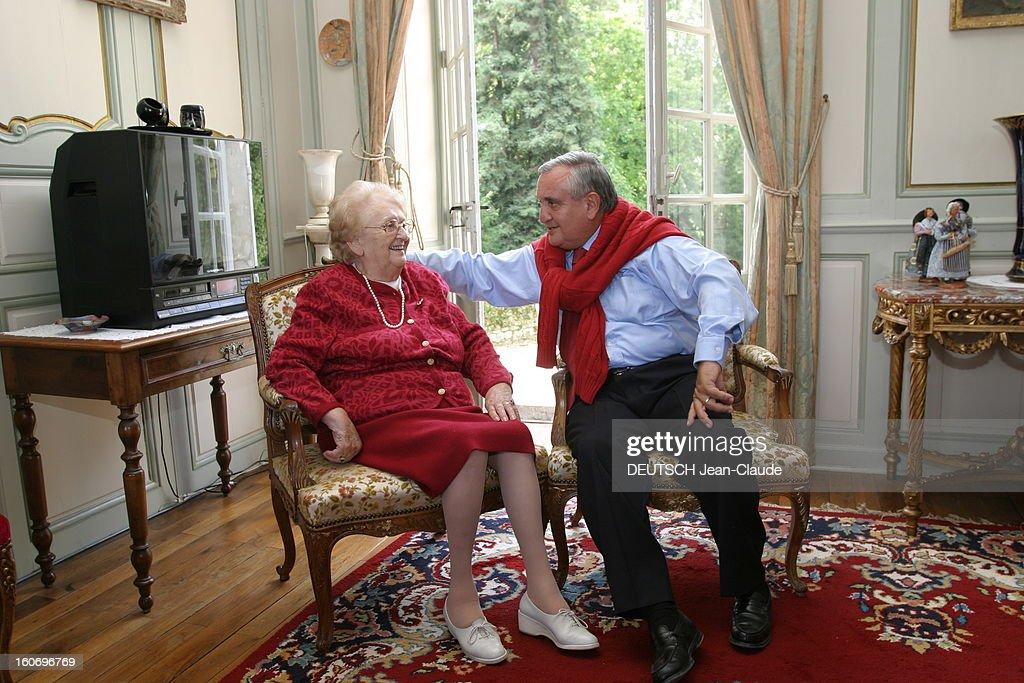 Rendezvous With Jean-pierre Raffarin With Family. Jean-Pierre RAFFARIN souriant, annonçant à sa mère Renée sa réélection au siège de sénateur de la Vienne, assis côte à côte dans le salon de la maison familiale à CHASSENEUIL