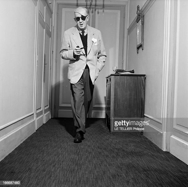 Rendezvous With John Ford A Paris en intérieur le réalisateur John FORD à l'occasion de la sortie de son film 'l'homme tranquille' avec des lunettes...