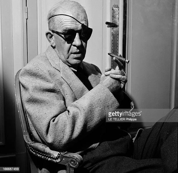 Rendezvous With John Ford A Paris portrait en intérieur du réalisateur John FORD à l'occasion de la sortie de son film 'l'homme tranquille' avec des...