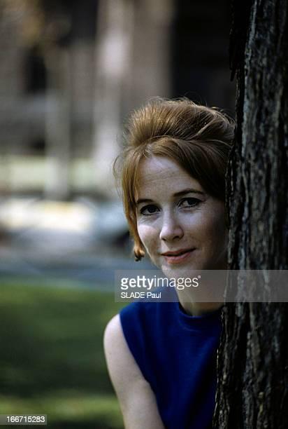 Rendezvous With Julie Harris 1961 Portrait en extérieur de Julie HARRIS en robe sans manches appuyée contre un arbre