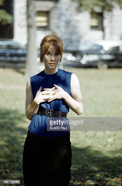 Rendezvous With Julie Harris 1961 Portraits en extérieur dans un jardin de Julie HARRIS en robe sans manches avec une ceinture