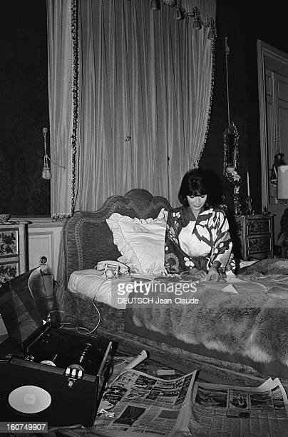 Vintage dressing gown stock photos and pictures getty images for Chambre a coucher 1940