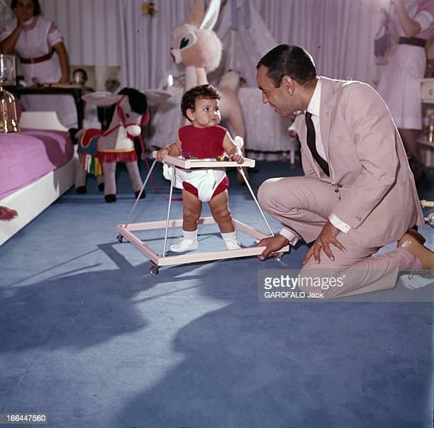 Rendezvous With King And His Daughter Princess Lalla Meryem Au début des années 60 dans une chambre décorée de jouets en peluche devant deux...