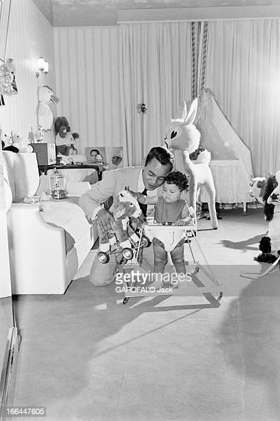 Rendezvous With King Hassan Ii Morocco And Daughter Princess Lalla Meryem Au début des années 60 dans une chambre décorée de jouets en peluche près...