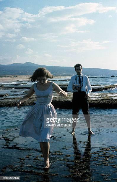 Rendezvous With Lamia Solh A l'occasion de son mariage avec le prince Moulay Abdallah DU MAROC Lamia SOLH marche dans l'eau sur un rivage de bord de...