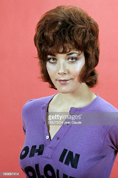 Rendezvous With Linda Thorson In London Portrait de Linda THORSON portant un teeshirt violet imprimé vue de face