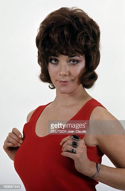 Rendezvous With Linda Thorson In London Portrait de Linda THORSON portant un débardeur rouge mains possées à hauteur de poitrine vue de face
