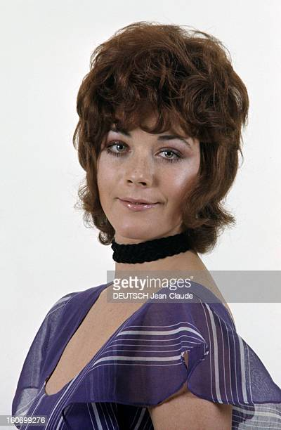 Rendezvous With Linda Thorson In London Portrait de Linda THORSON portant un tour de cou noir vue de troisquart gauche