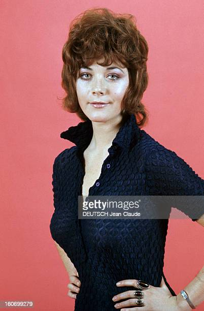 Rendezvous With Linda Thorson In London Portrait de Linda THORSON portant un chemisier bleu nuit vue de face