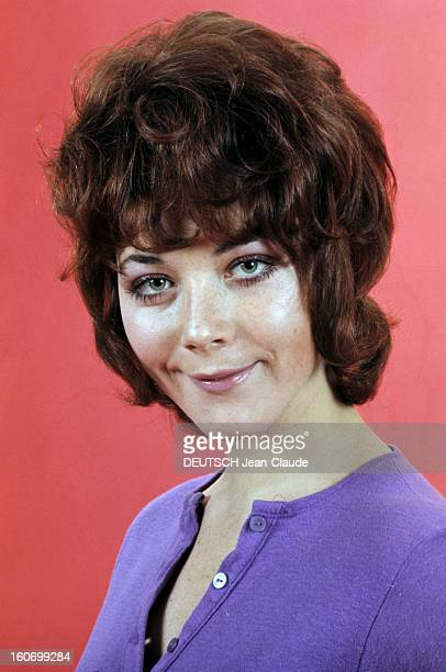 Rendezvous With Linda Thorson In London Portrait de Linda THORSON portant un teeshirt violet vue de troisquart gauche