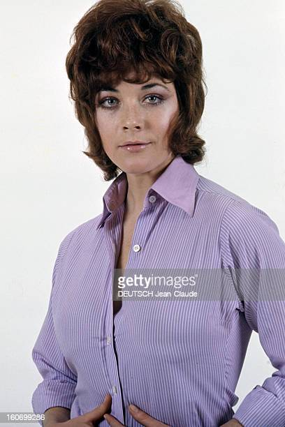 Rendezvous With Linda Thorson In London Portrait de Linda THORSON portant un chemisier parme ouvert vue de face