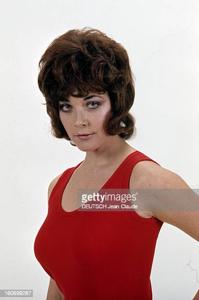 Rendezvous With Linda Thorson In London Portrait de Linda THORSON portant un débardeur rouge vue de troisquart gauche