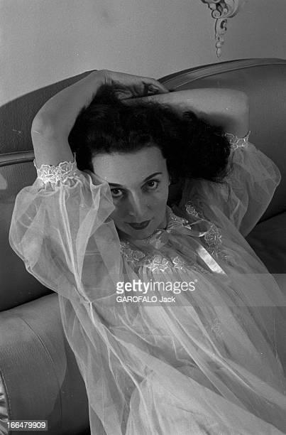 Rendezvous With Ludmilla Tcherina Février 1954 la danseuse étoile et comédienne Ludmilla TCHERINA dans son appartement à NeuillysurSeine à l'occasion...