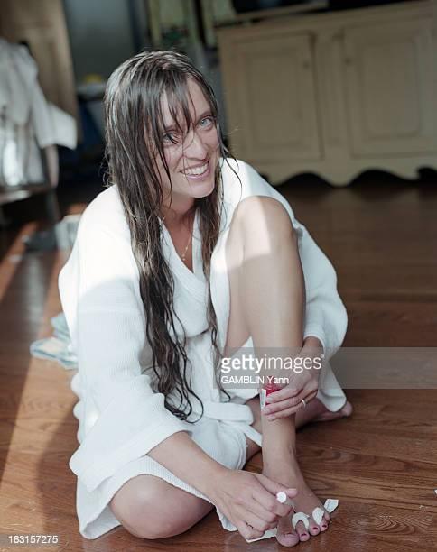 Rendezvous With Lynda Lemay At Home In Quebec Au Québec en juillet 2000 portrait de La chanteuse Lynda LEMAY chez elle souriante dans une pièce de sa...
