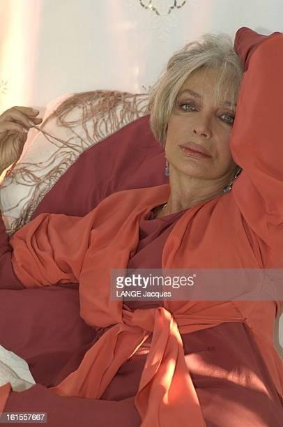 Rendezvous With Marie Laforet Attitude de Marie LAFORET un bras derrière la tête chez elle à PARIS