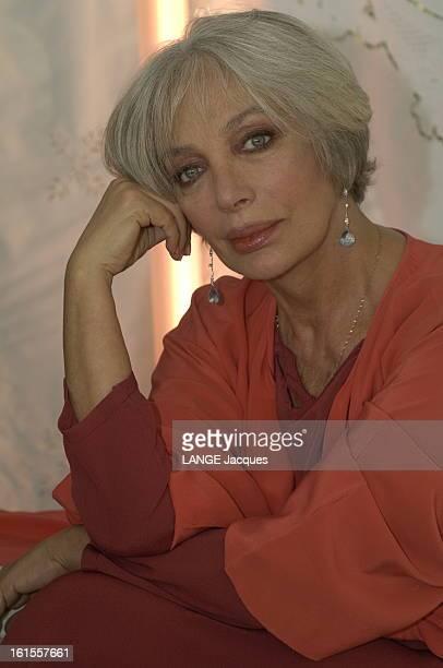 Rendezvous With Marie Laforet Plan de face souriant de Marie LAFORET chez elle à PARIS