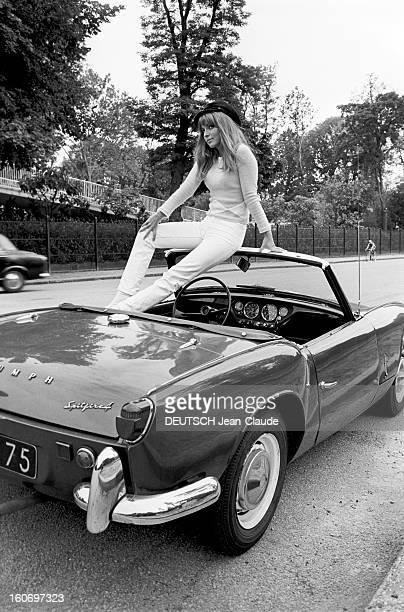 Rendezvous With Mariefrance Pisier Paris 23 août 1967 Sur une route portrait de l'actrice MarieFrance PISIER coiffée d'une casquette assise sur le...